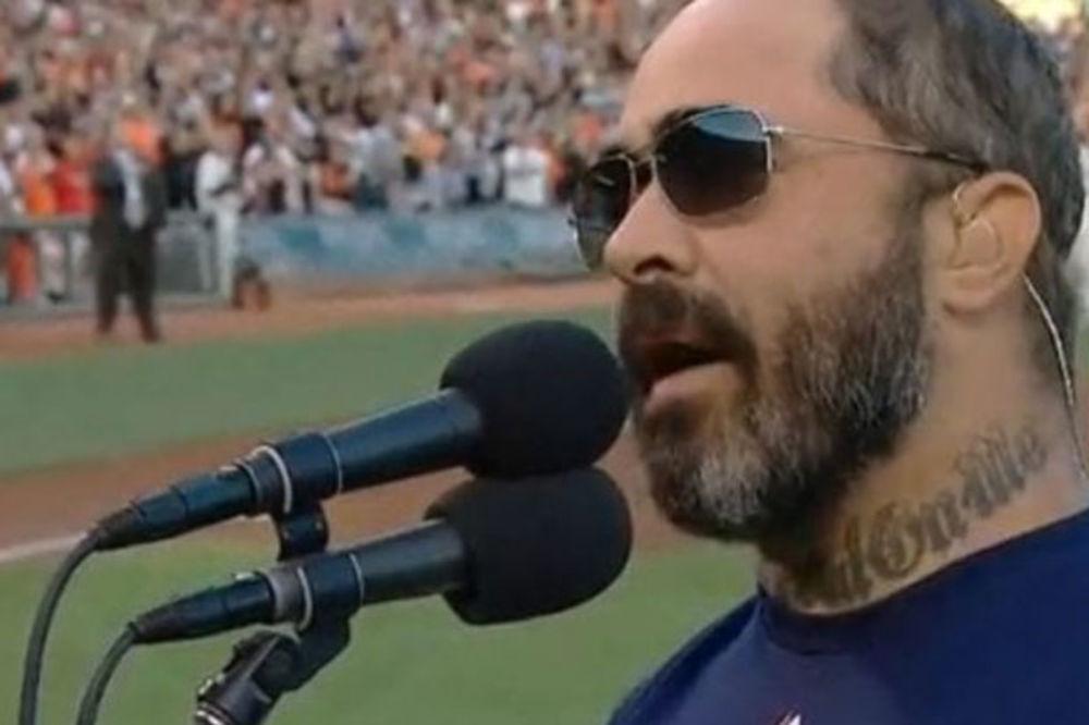 (VIDEO) KAKAV BLAM: Kantri pevač promašio američku himnu uoči bejzbol meča