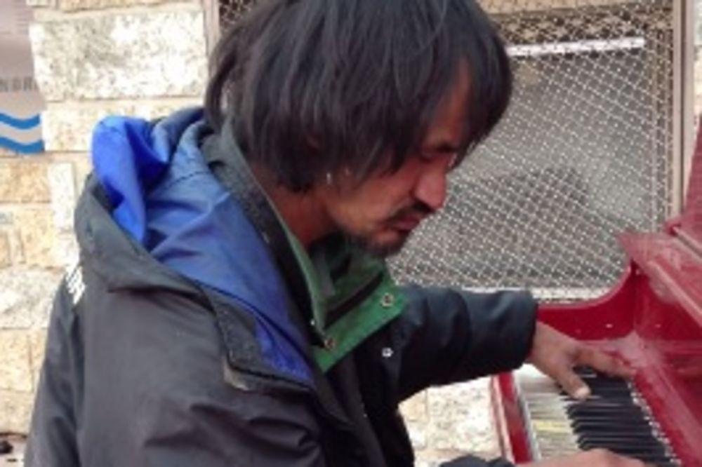 (VIDEO) OVO ĆETE ŽELETI DA ODSLUŠATE DO KRAJA: 30 godina je bio beskućnik, a onda je seo za klavir