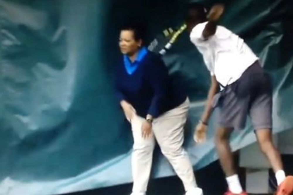 (VIDEO) KAD TENISER POLUDI NIKO NIJE BEZBEDAN : King bacio reket i povredio sudiju