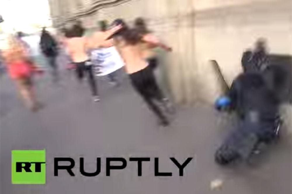(VIDEO) ČIK ME UHVATI: Pogledajte kako je policajac poljubio zid zbog golih grudi femenke!