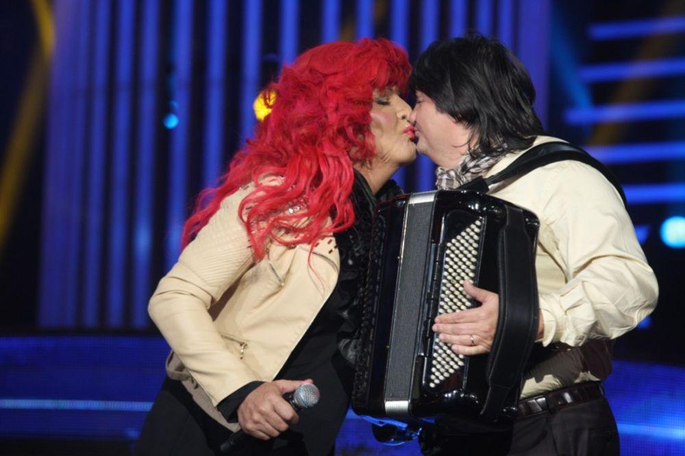 PONELO GA: Keba poljubio Kemiša u usta!