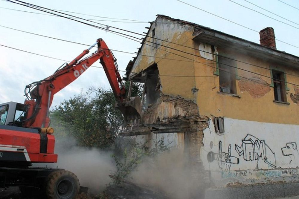 NA SVETU PETKU: Albanci bagerima do temelja srušili pet srpskih kuća u Đakovici!