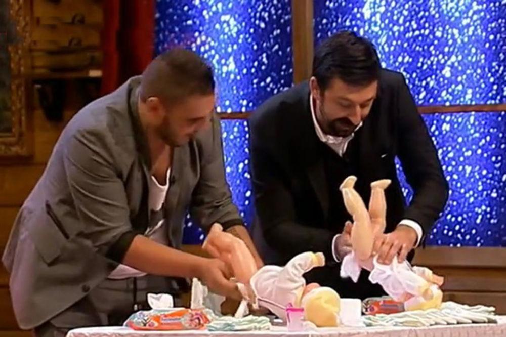 (VIDEO) DARKO VS OGNJEN: Koji tata brže povio bebu, a koji joj je polomio nogu?