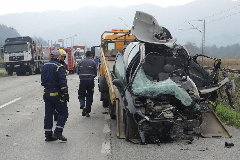 TEŠKA SAOBRAĆAJKA KOD UŽICA: Vozač (47) pežoa poginuo u sudaru sa kamionom!