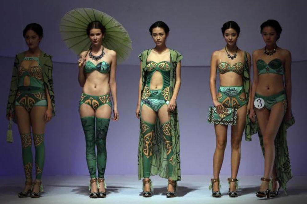 (FOTO) NEDELJA MODE U PEKINGU: Manekenke šetale u donjem vešu!