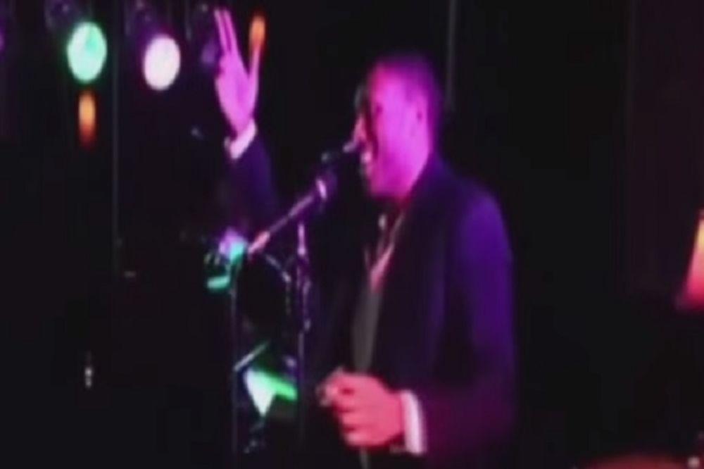 (VIDEO) SRBENDA: Afroamerikanac usred Čikaga peva pesmu Još te nešto čini izuzetnom!