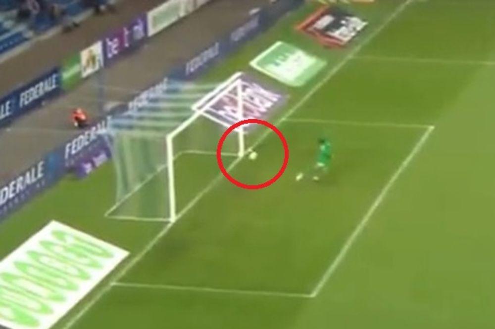 (VIDEO) SUDIJA TREBAJU TI NAOČARE: Arbitar pokazao na centar, a lopta nije bila ni blizu gol linije