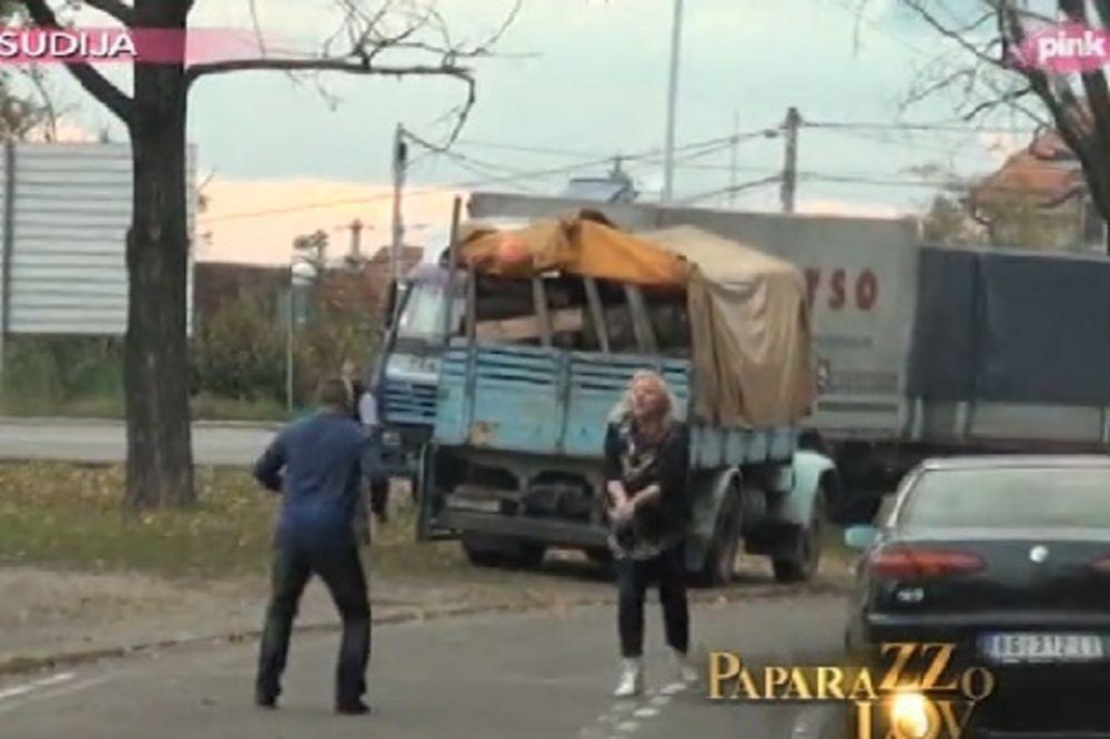 BLOKIRALA SAOBRAĆAJ: Zorica Marković igrala odbojku nasred puta!