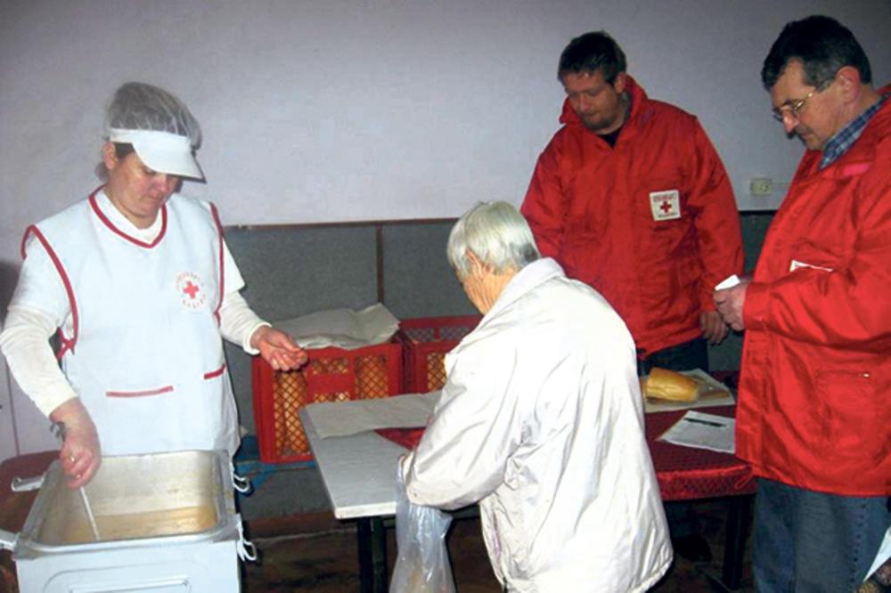 TUGA GOLEMA: Na kazanu narodne kuhinje 100 dece