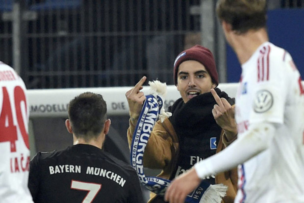 (VIDEO) SKANDAL U NEMAČKOJ: Navijač Hamburgera udario Riberija