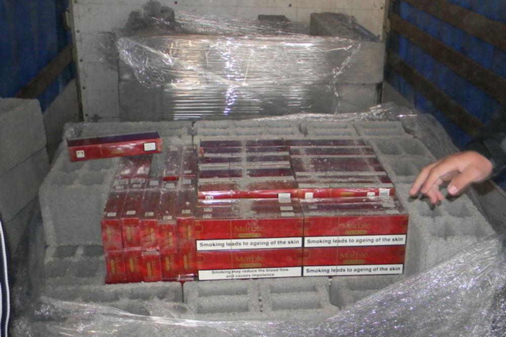 RAŠKA: Švercovali cigarete vredne 800.000 dinara u betonskim blokovima