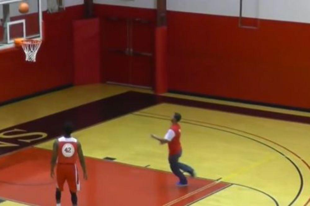 (VIDEO) KAO U HOLIVUDU: Student koji nema veze sa košarkom, dao 4 sjajna koša i osvojio novac