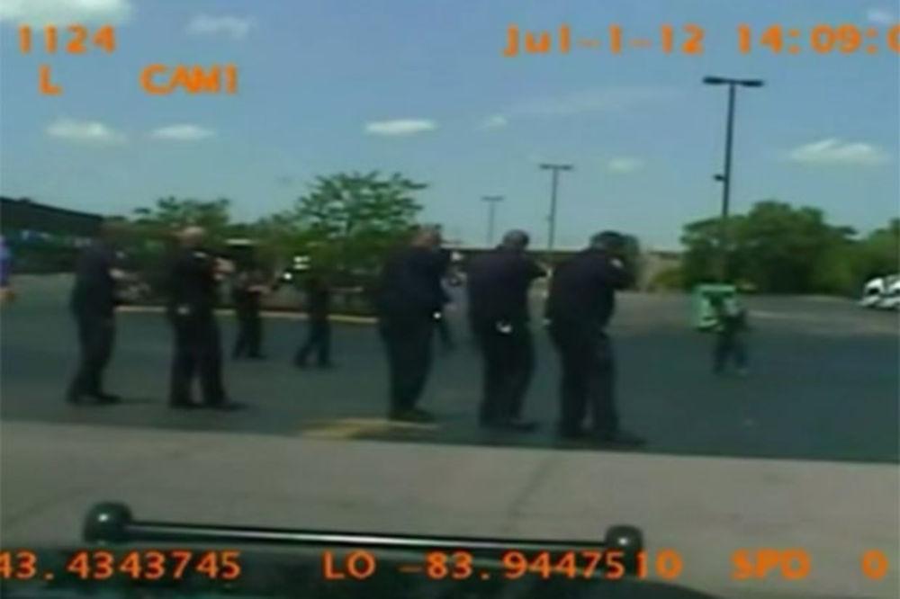 (VIDEO 18+) KONAČNO ISTINA: Policajci ipak streljali bolesnog crnca beskućnika!