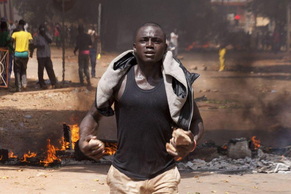 (VIDEO) TALAS NASILJA U BURKINI FASO: Provalili u zgradu parlamenta i zapalili je!