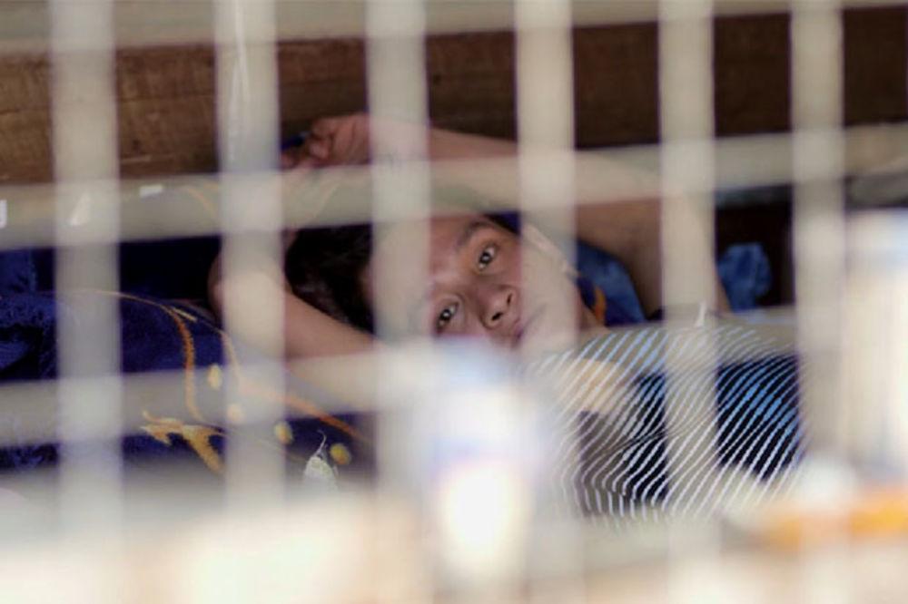 (VIDEO) NARKOMANE BACAJU U KAVEZE: Trgovci u Mjanmaru umesto kusura daju špriceve!