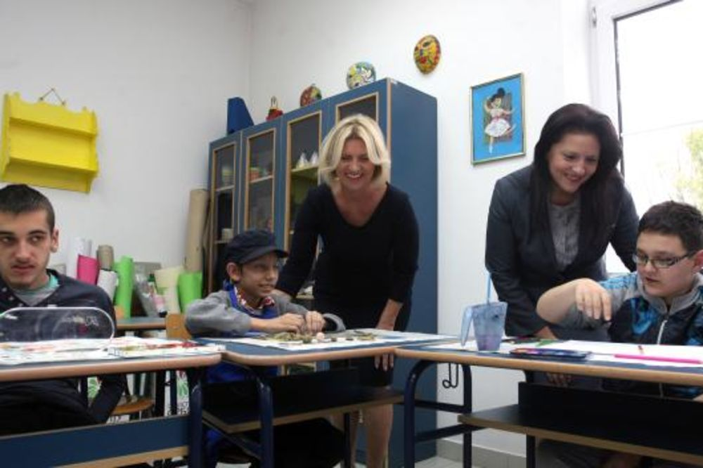PRVE DAME U ZEMUNU: Supruge predsednika Srbije i Makedonije obišle OŠ Sirogojno