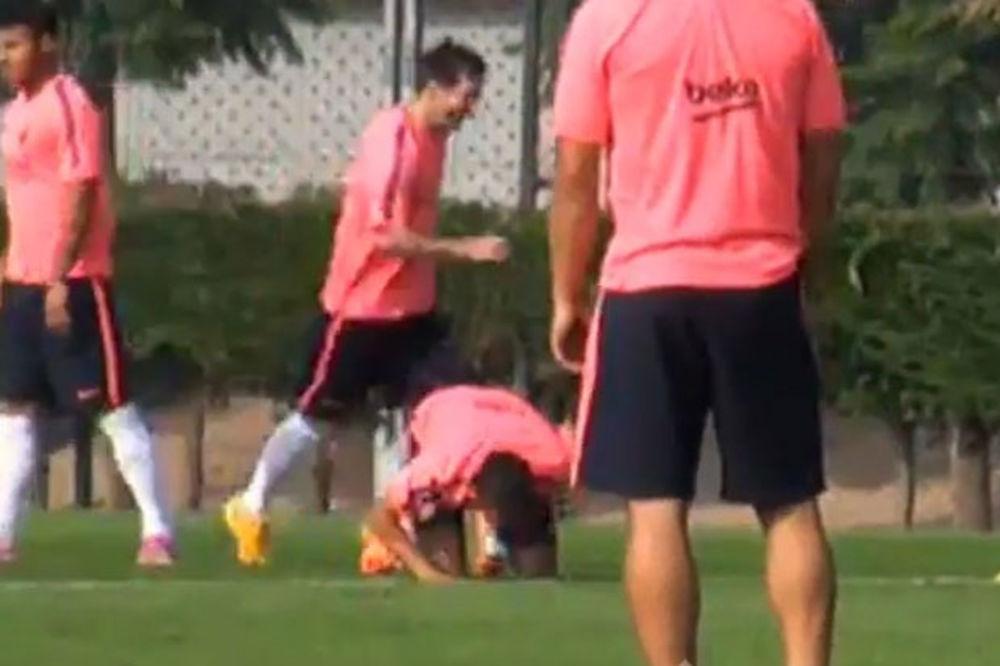 (VIDEO) TO MORA DA JE BOLELO: Mesi pogodio loptom Nejmara u međunožje