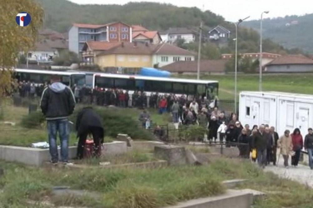 DANAS SU ZADUŠNICE: Srbi obišli razrušeno groblje u južnom delu Mitrovice