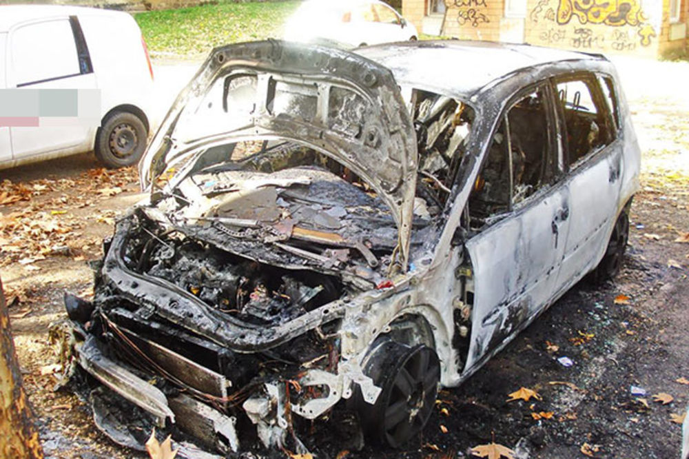 (FOTO) KRAGUJEVAC: Izgorela tri vozila na parkingu!
