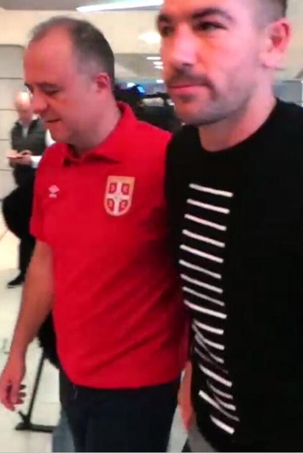 (VIDEO) KOLAROV JEDVA HODA: Pogledajte kako je zamenik kapitena Srbije došao u Pazovu