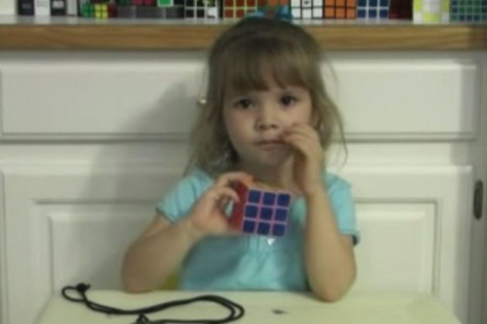 MAESTRALNO: Pogledajte kako devojčica (3) slaže Rubikovu kocku za manje od 3 minuta