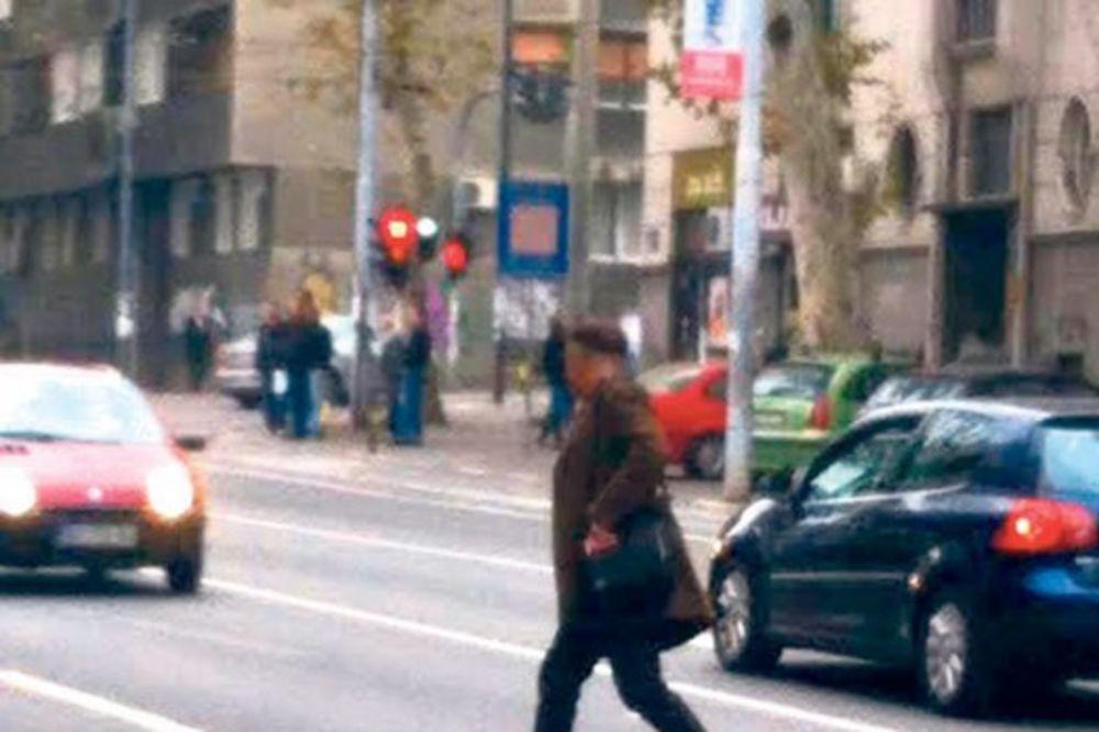 PAPARACO: Branislav Lečić pretrčavao ulicu van pešačkog