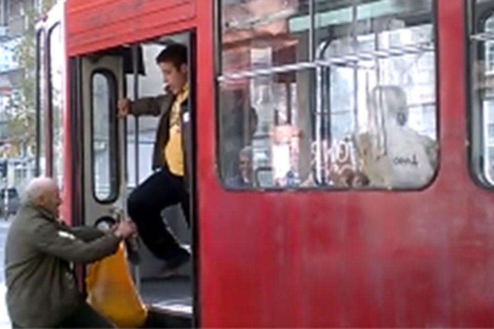 (VIDEO) LISICE NA RUKE: Uhapšen brojač koji je išutirao starca na liniji 2!