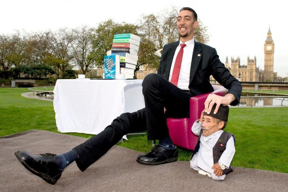 (FOTO) JEDVA STALI U ISTI KADAR: Najviši i najniži čovek na svetu prvi put zajedno!