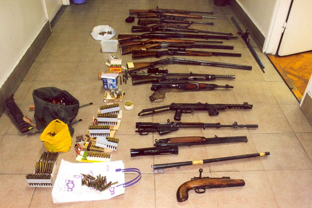 ZAPLENJEN ARSENAL: Beograđanin u stanu skrivao automatske puške i lovačke karabine!