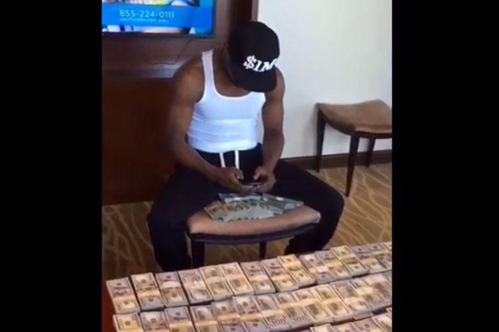 (VIDEO) UŽIVA U NOVCU: Pogledajte kako se Mejveder hvali bogatstvom