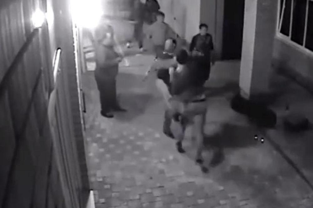 (VIDEO) MALTRETIRALI MU ŽENU: Ruski bokser u sekundi nokautirao dvojicu napadača