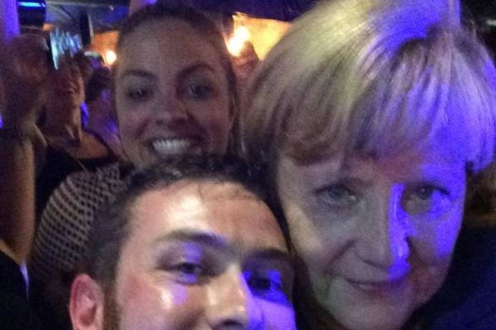 (VIDEO) KRALJICA SELFIJA: Angela Merkel u noćnom provodu po brizbejnskim pabovima