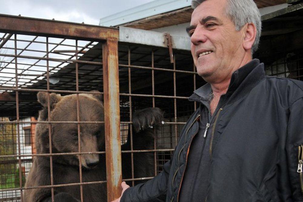 (FOTO) SRBIN SA NESVAKIDAŠNJIM LJUBIMCEM: Sa medvedom je bolje nego sa ljudima!