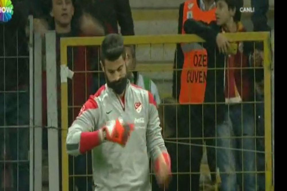 (VIDEO) VELIKI SKANDAL U TURSKOJ: Navijači oterali golmana sa zagrevanja uoči utakmice