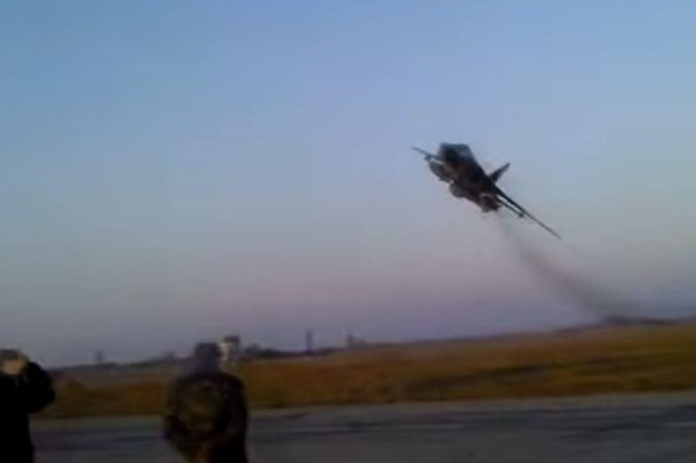 SUHOJ EKSTREMNO NISKO: Brzinom metka ne nekoliko metara od zemlje! (VIDEO)
