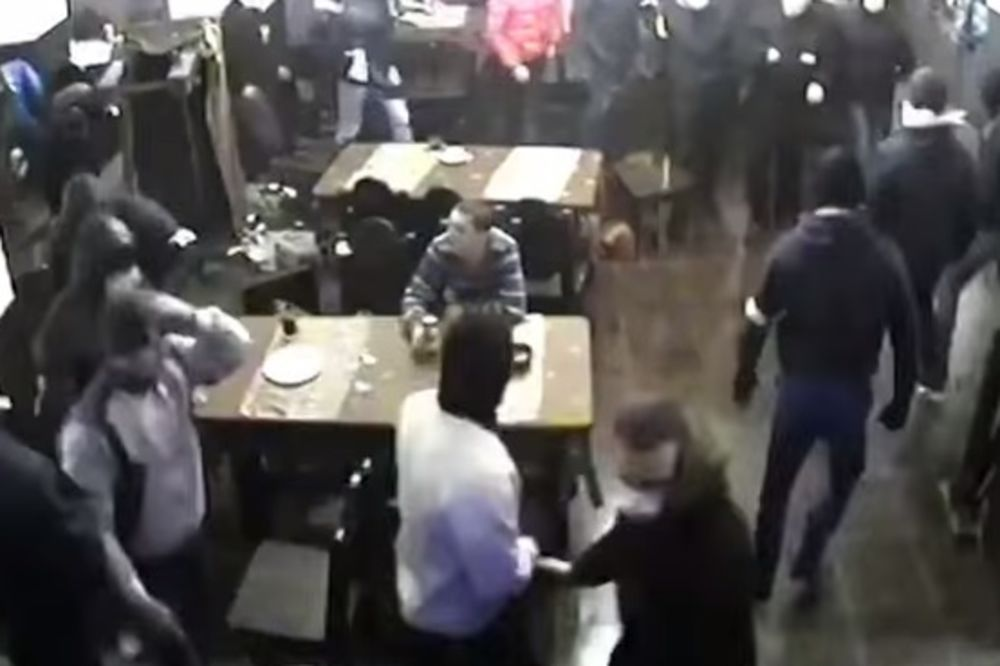(VIDEO) SAMO U RUSIJI: Naoružani huligani se oko njega tuku, a on mirno pije pivo!