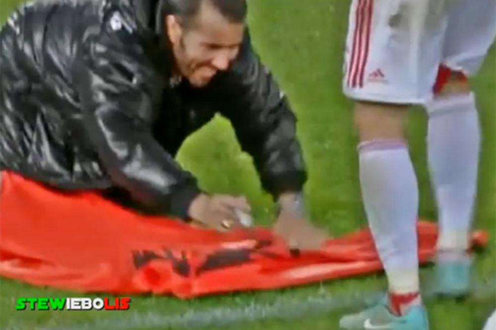(VIDEO) ALBANCI DIVLJALI: Tri puta uletali na teren, huligan sa zastavom pao na kolena ispred Cane