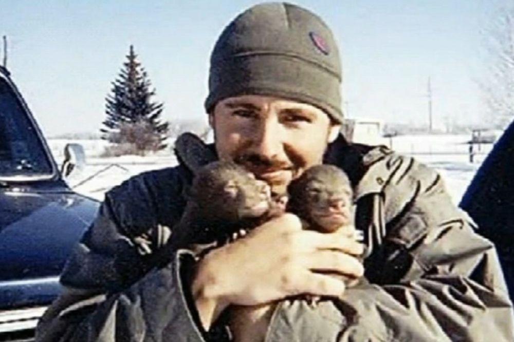 (VIDEO) Pronašao je 2 medvedića pored mrtve majke. Jedan je samo preživeo, evo šta je bilo s njim