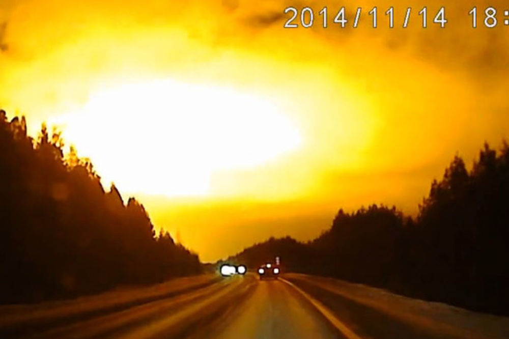 (VIDEO) MISTERIJA NA NEBU RUSIJE: Vatrena lopta ili NLO eksplodirali iznad Urala!