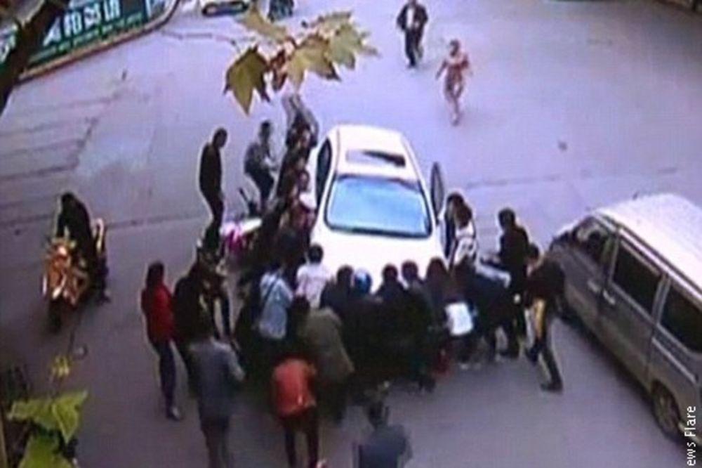 (VIDEO) ČUDESNO SPASENJE: Nestala je pod točkovima automobila, a onda je stigla neočekivana pomoć!