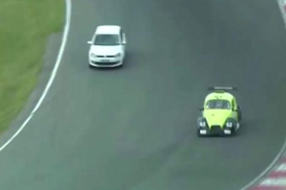 (VIDEO) KAKAV LUDAK: Upao svojim autom u trku, dobio 8 meseci robije