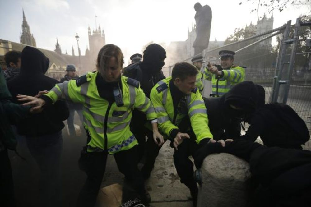 (VIDEO) METEŽ NA ULICAMA LONDONA: Nezadovoljni studenti se sukobili s policijom!