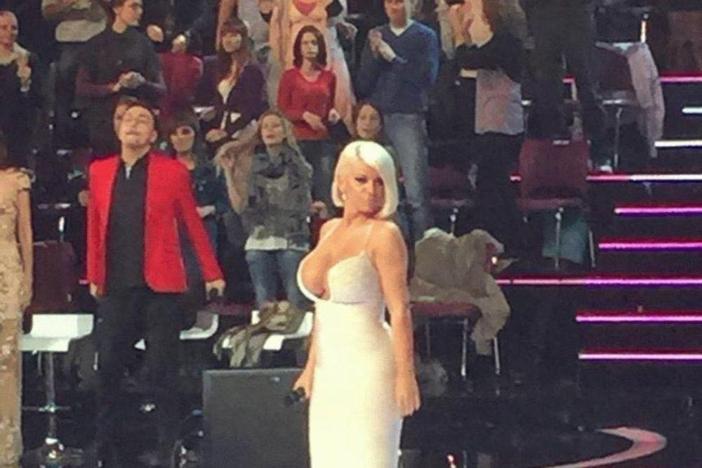 (FOTO) NOVA DOZA SILIKONA: Dara Bubamara grudi jedva uvukla u haljinu!
