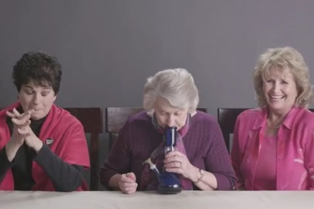 VIDEO KOJI JE ZA 24 SATA OSVOJIO SVET: Bake probale marihuanu prvi put u životu! Evo šta se desilo..