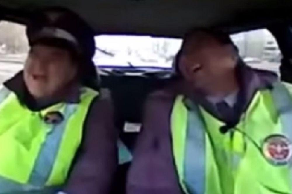 (VIDEO) BILI SU I VIŠE NEGO IZNENAĐENI: Evo zašto su se ruski saobraćajci zacenili od smeha!