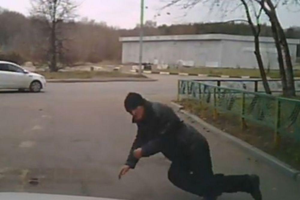 (VIDEO) DO NOVCA PO SVAKU CENU: Rus se bacio pod automobil kako bi naplatio osiguranje