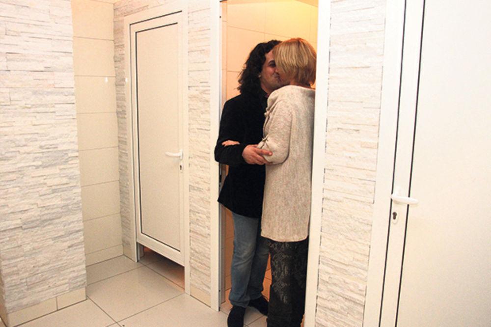 GOLUPČIĆI: Jelena i Čupo razvalili se u toaletu!