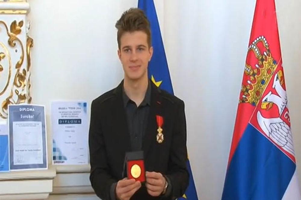 MLADI PRONALAZAČ PATENTIRAO IZUM ZA RAZBIJANJE TROMBA: Stefan Velja doneo medalju iz Brisela!