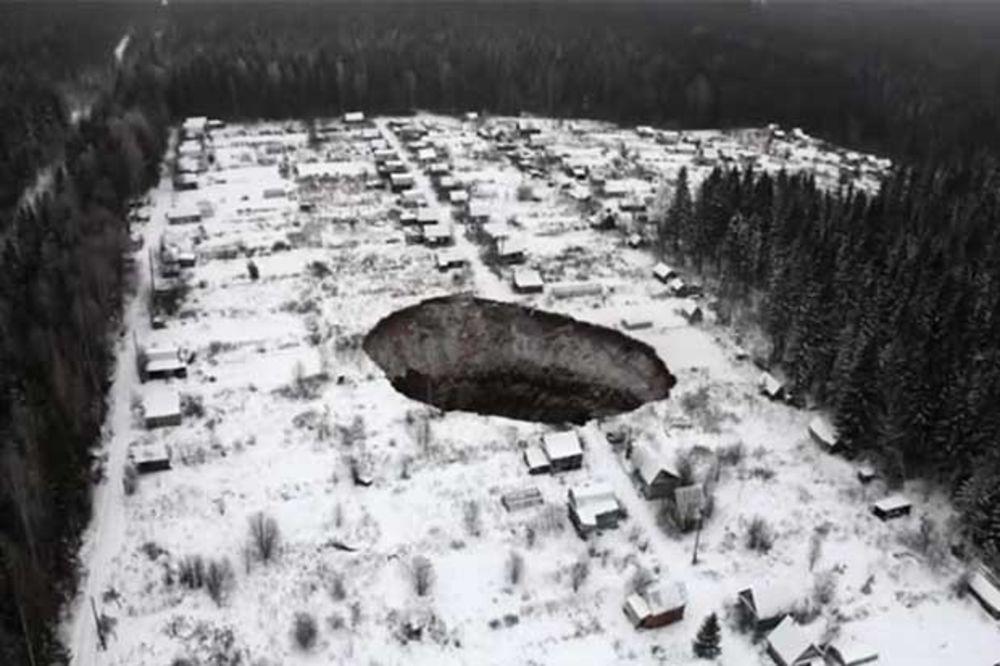 (VIDEO) MEŠTANI U STRAHU: Da viditie kako je misteriozna rupa progutala centar sela u Sibiru!