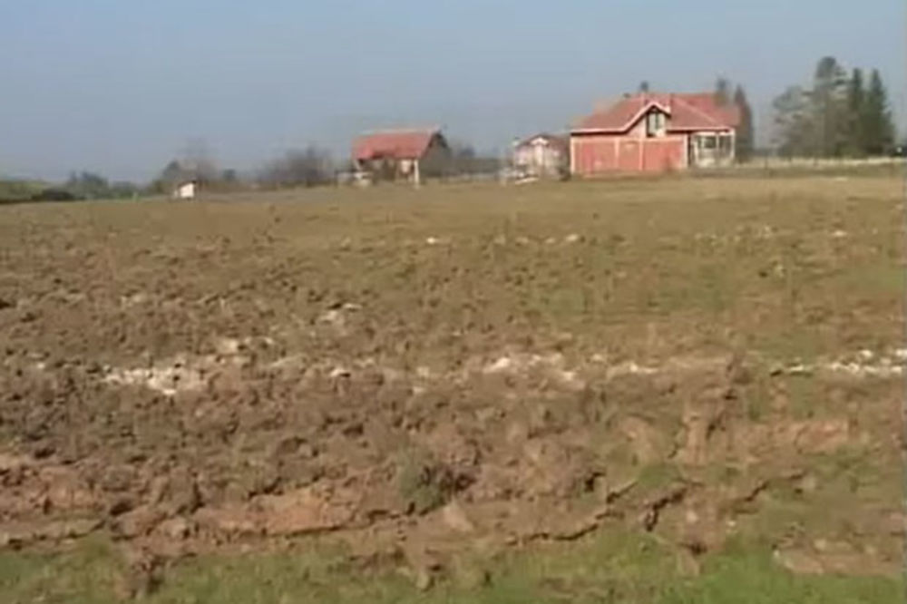 (VIDEO) PŠENICA POBEDILA FUDBAL: Preorao fudbalski teren u Desimirovcu